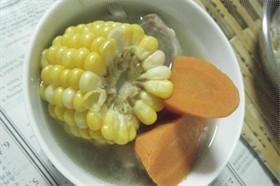 紅蘿蔔粟米瘦肉雞腳雞肝湯